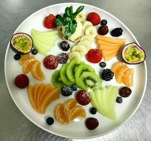 Verse fruitsalade met en bolletje vanille ijs